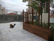 Execução painel de madeira no deck da piscina